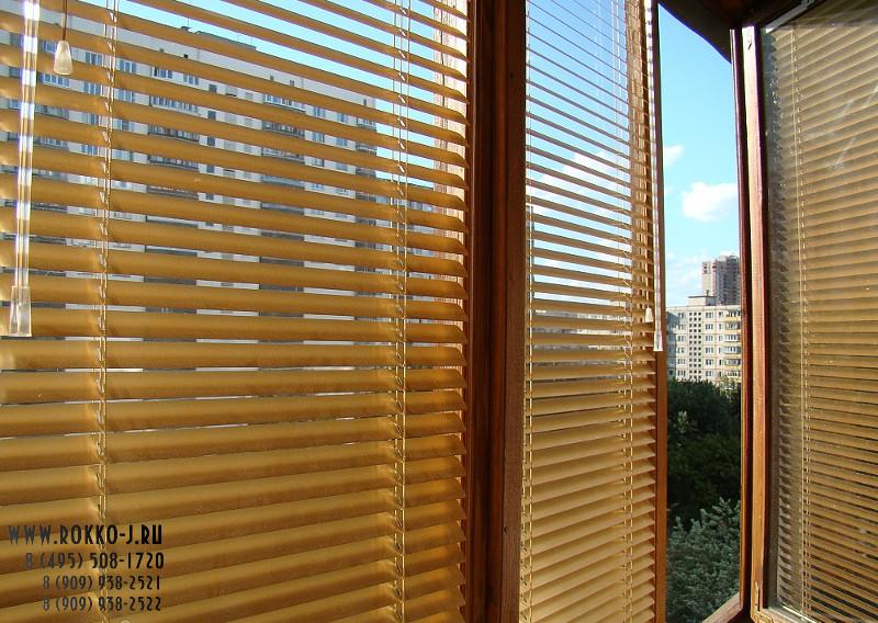 Жалюзи для балкона с алюминиевыми окнами.